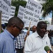 Taxistas claman demandas sociales frente al Palacio Nacional