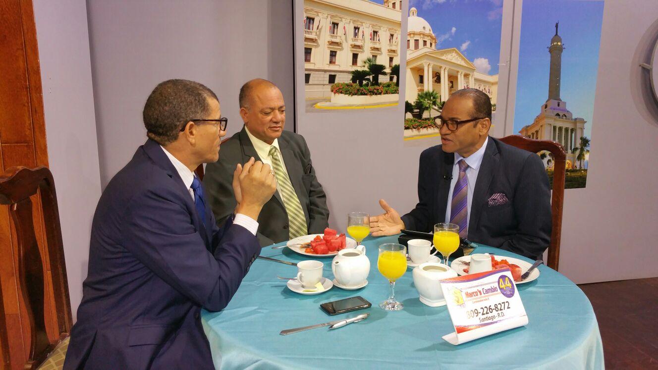 El ingeniero Silvio Durán conversa con los periodistas Nelson Peralta y Alberto José en el programa Encuentro Matinal