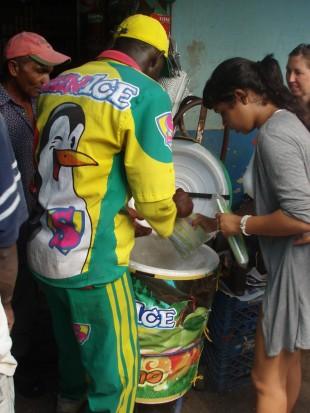 Denuncian haitianos se cortan pelos de axilas con las mismas tijeras que usan para cortar envase de helados