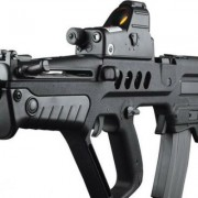 Una niña recibe un rifle de asalto como regalo de Navidad