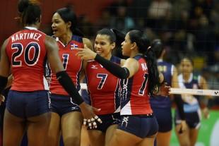 LIM09. LIMA (PERÚ), 21/06/2017.- Jugadoras de República Dominicana celebran un punto obtenido ante Perú hoy, miércoles 21 de junio de 2017, durante un partido por la fase de grupos de la Copa Panamericana de Voleibol disputado en el coliseo Eduardo Dibós de Lima (Perú). EFE/Ernesto Arias