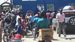 Motoconchos haitianos (de Haití) trabajan del lado de RD en la frontera, dominicanos protestan y guardias los agreden VIDEO
