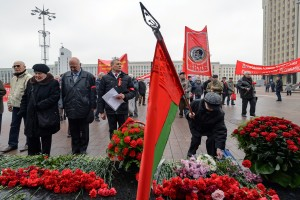 Belarus' Communist supporters take part in a rally in downtown Minsk on November 7, 2017, to celebrate the 100th anniversary of The Bolshevik Revolution. / AFP PHOTO / MAXIM MALINOVSKY