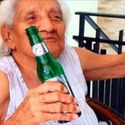 Anciana de 103 años asegura que secreto para llegar más de 100 años es tomar cerveza, sepa cuantas al día…