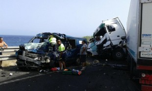 Video: Accidente camión lleno de cajas del gobierno chófer herido de gravedad
