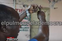 Haitianos le tiran brujería a tienda de SFM porque la dueña le cobro deuda VIDEO