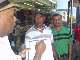 Buhoneros de la Duarte exigen al alcalde que supervise a Espacios Públicos y a la Policía Municipal
