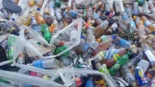Descubren miles de botellas llenas de desechos humanos lanzadas por haitianos al techo del mercado binacional de Dajabon