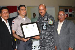 Bloque de Juntas de Vecinos Zona Este, Inc., reconoce la labor de la Policía Nacional en esa zona