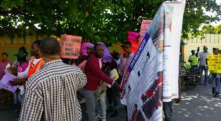 """HAITIANOS PROTESTAN EN RD: Inmigrantes haitianos protestan en Barahona por """"lentitud"""" de documentos de regularización"""
