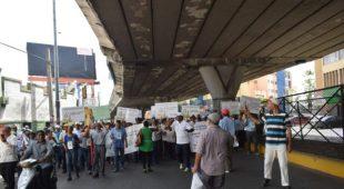 Pensionados marchan hasta el ministerio de Hacienda por mejores condiciones