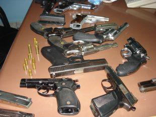 Apresan hombres en motos que cargaban arsenal de armas de fuego en Sto Dog.