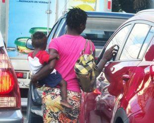 Atrapan decenas de mujeres y niños haitianos cuando cruzaban a RD para mendigar en calles VIDEO