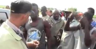 """Haitianos meten """"terror"""" a Emigración y no permiten que estos se lleven a ilegales, agentes huyen despavoridos VIDEO"""