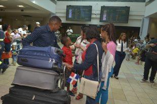 """Dominicanos tienen que pagar para entrar a su país, entraran como """"turistas"""""""