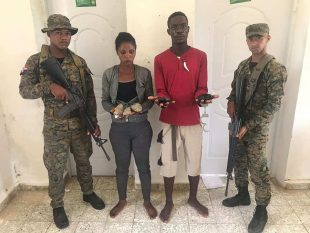 DETIENEN PAREJA DE HAITIANOS CON DROGA ADHERIDA A SUS CUERPOS