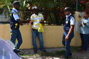Brigadas de militares al servicio de la Dirección General de Migración de la República Dominicana apresaron a unos cuarenta inmigrantes indocumentados, la mayoría haitianos, en un recorrido llevad a cabo este martes las calles de la capital dominicana.Santo Domingo, RD31 de agosto, 2015Foto: Orlando Ramos
